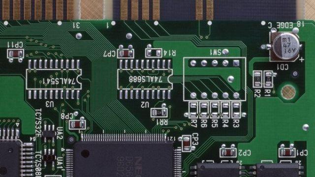 一、理论教学内容与课时分配 第一部分 绪论(4学时) 1. 计算机中信息的表示方法 2. 微型计算机系统的组成及工作原理 3. 单片机的发展过程及主流产品 4. 单片机的特点及应用领域 5. 单片机应用系统开发简述 6. 单片机仿真软件Proteus 7. Keil uVision软件开发环境 重点:单片机的基本分类及特点;计算机中信息的表示方法;单片机仿真软件Proteus和uVision软件开发环境 难点:计算机中信息的表示方法;单片机仿真软件Proteus和uVision软件开发环境 第二部分 MC